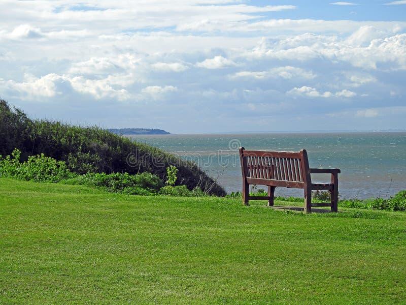 Spokojna kontemplaci plaży ławka zdjęcie stock
