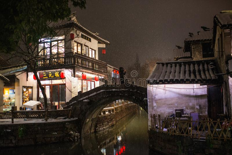 Spokojna Porcelanowa antyczna wodna grodzka wioska w śnieżnym zmroku, Zhouzhuang, Suzhou zdjęcie stock