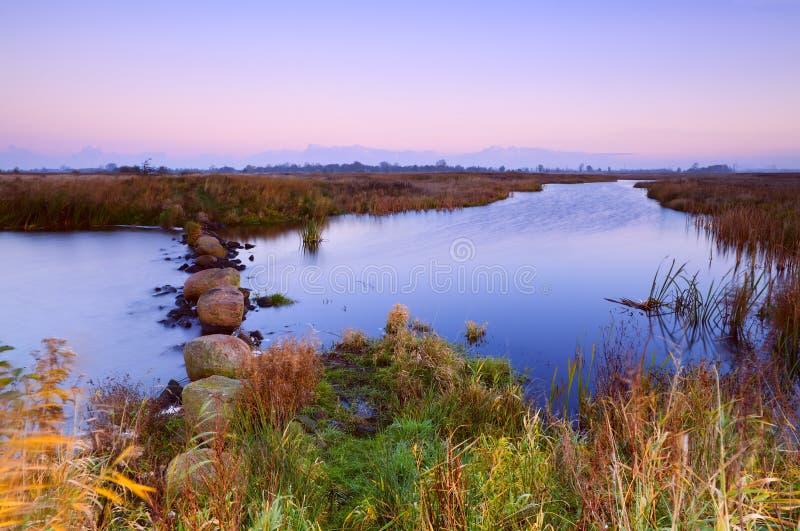 Spokojna rzeka przy wschodem słońca obraz stock