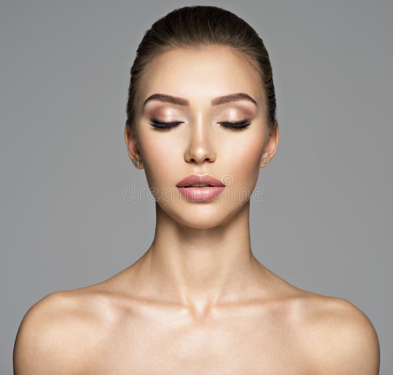 Spokojna twarz piękna młoda kobieta stosowanie opieki skóry przejrzystego lakier zdjęcie royalty free