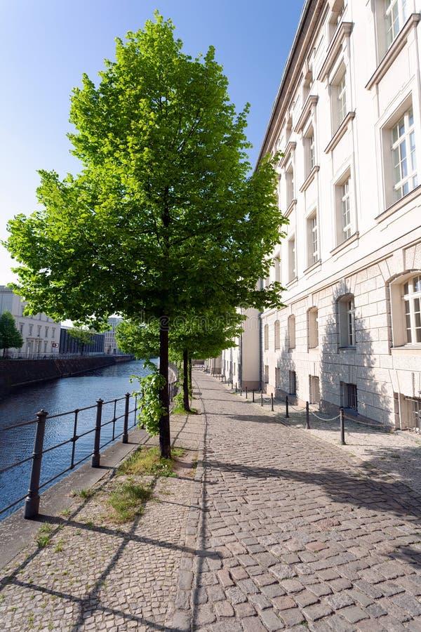 Spokojna ulica w historycznym okręgu wzdłuż rzeki na wiosny popołudniu, - Berlin obraz royalty free