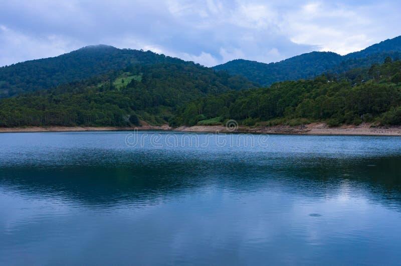 Spokojna woda halny jezioro obraz royalty free