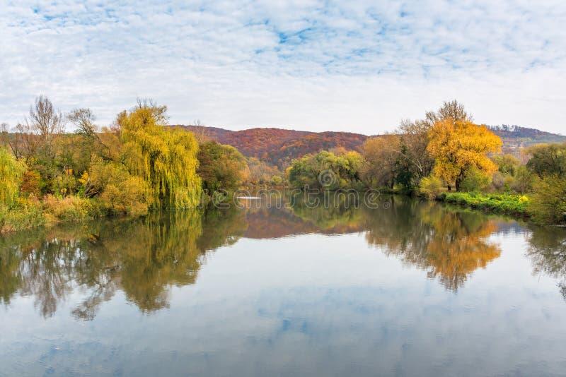 Spokojna wody powierzchnia halna rzeka w jesieni zdjęcia stock