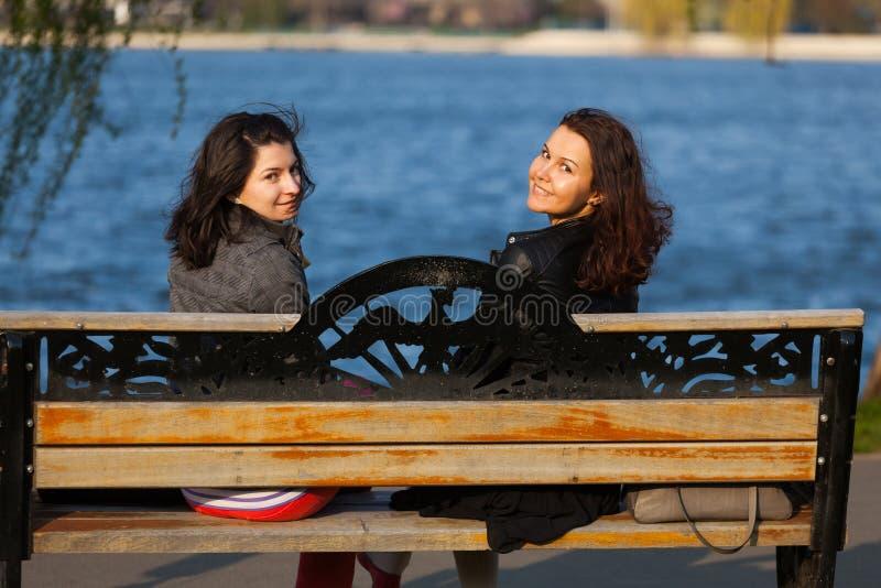 Spokojne kobiety na ławce obraz stock
