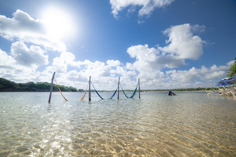 Spokojne wodne odpoczywa sieci i jaskrawy słońce zdjęcia stock