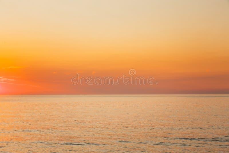 Spokojnego morza, oceanu Lub koloru żółtego zmierzchu Jasny tło zdjęcie royalty free
