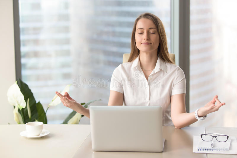 Spokojnego pamiętającego bizneswomanu ćwiczy oddychać, korporacyjny joga, obrazy royalty free