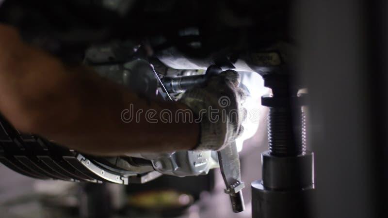 Spokojni pracownicy kontroluje samolotów podwozia i maszynę Samolotu utrzymania mechanik sprawdza płaskiego podwozie _ obrazy royalty free