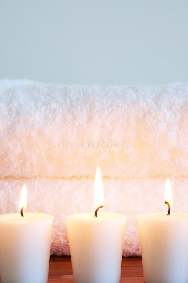 spokojnie na świeczki ręczniki w spa. obraz royalty free