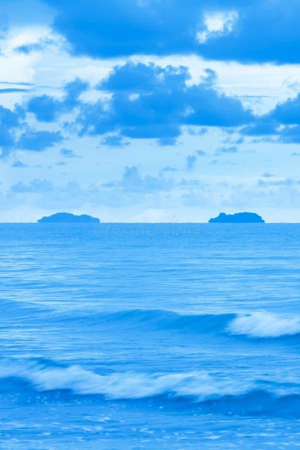 Spokojny błękitny morze po burzowych dni obraz royalty free