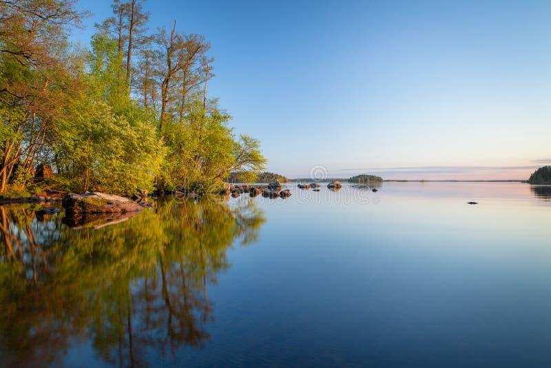 Spokojny brzeg jeziora przy zmierzchem obraz royalty free