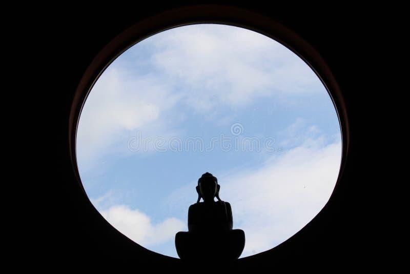 Spokojny Buddha w round okno fotografia stock