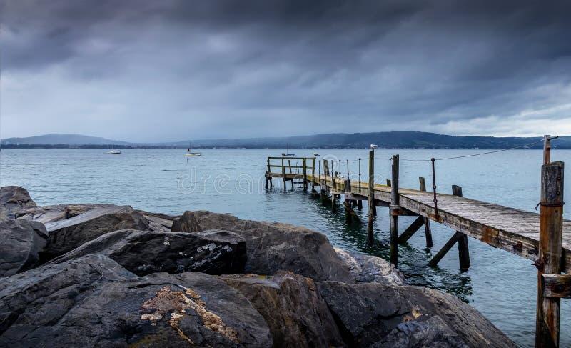 Spokojny Drewniany molo w Błękitnym Nawadnia po burzy, Holywood, Północny - Ireland zdjęcie stock