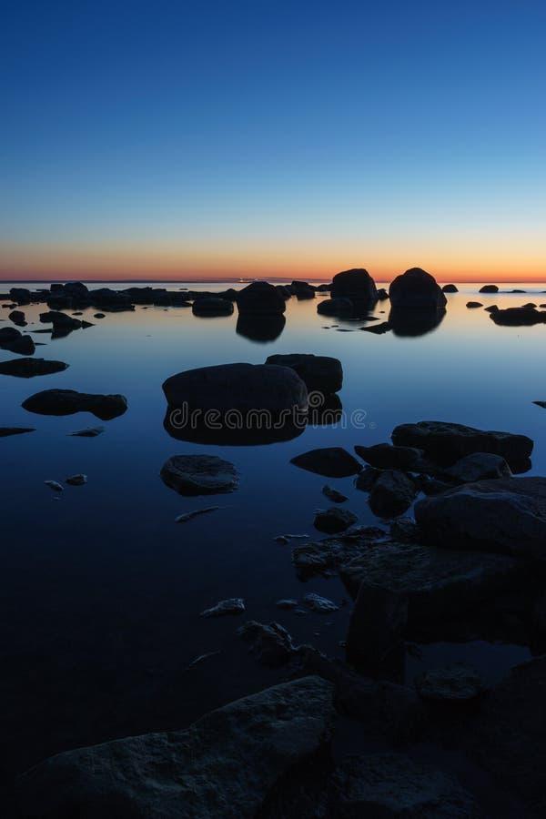 Spokojny i skalisty seashore zdjęcie royalty free