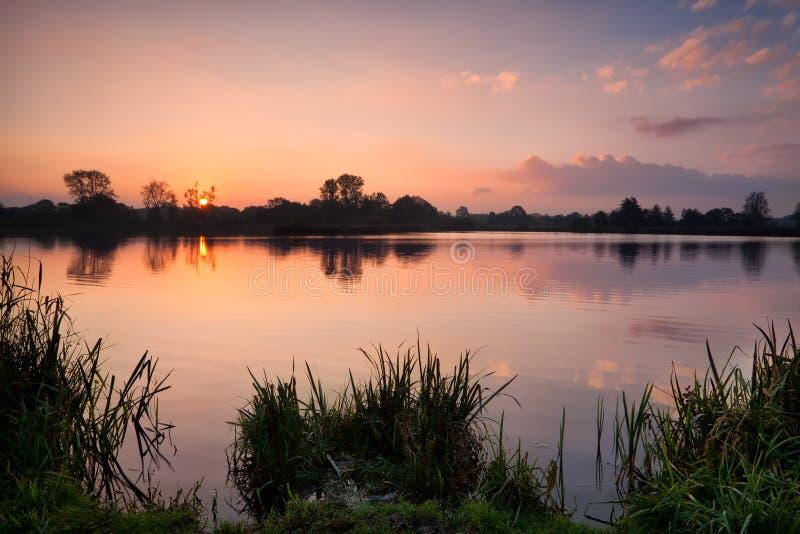 Spokojny jesień wschód słońca nad dzikim jeziorem zdjęcia stock