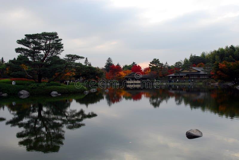 Spokojny jeziorny jesieni ulistnienie zdjęcia royalty free
