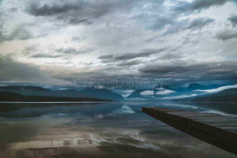 Spokojny jezioro na chmurzącym dniu fotografia stock