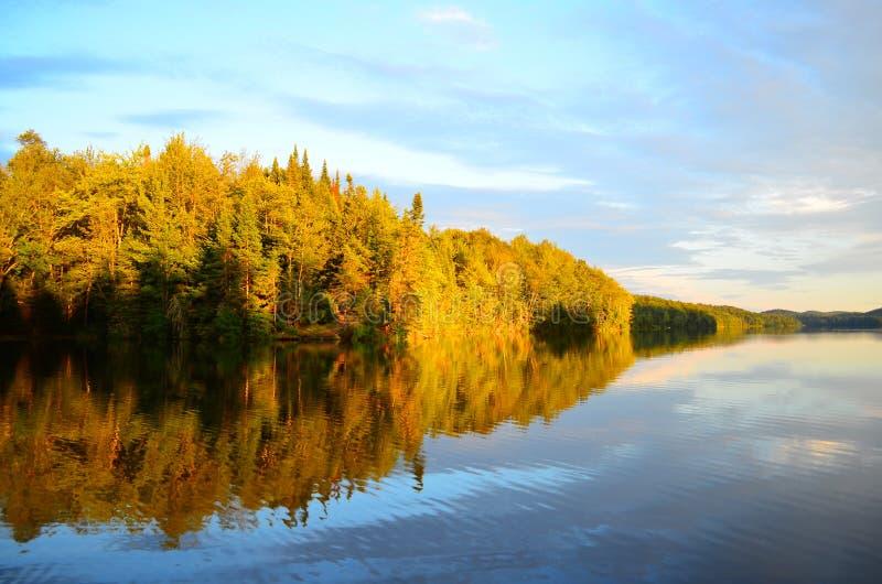 Spokojny jezioro przy półmrokiem obrazy stock