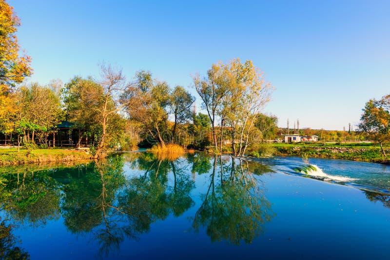 Download Spokojny Jezioro W Utrzymanej Naturze Zdjęcie Stock - Obraz złożonej z sceniczny, jezioro: 53781162