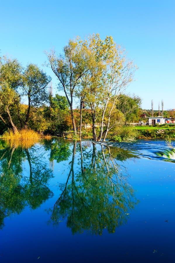 Download Spokojny Jezioro W Utrzymanej Naturze Obraz Stock - Obraz złożonej z jasny, spokój: 53781227