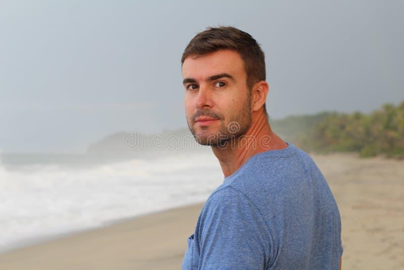 Spokojny mężczyzny odprowadzenie przy plażą obraz stock