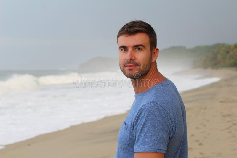 Spokojny mężczyzny odprowadzenie przy plażą fotografia stock