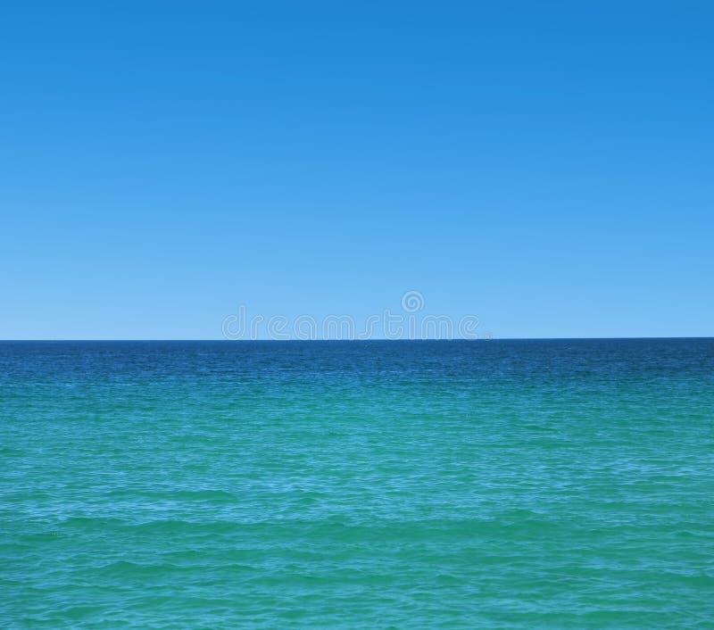 Spokojny morze i błękita jasny niebo zdjęcia royalty free