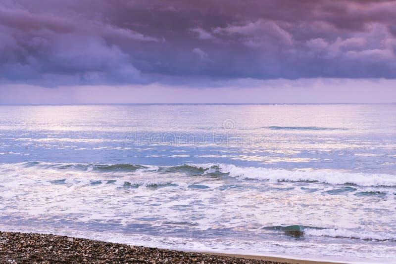 Spokojny morze macha przeciw burzowemu niebu i zmrokowi obraz royalty free