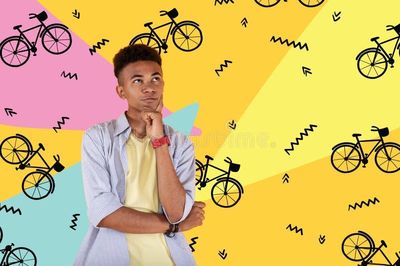 Spokojny nastolatek patrzeje w odległość i marzy o mieć rower zdjęcia stock