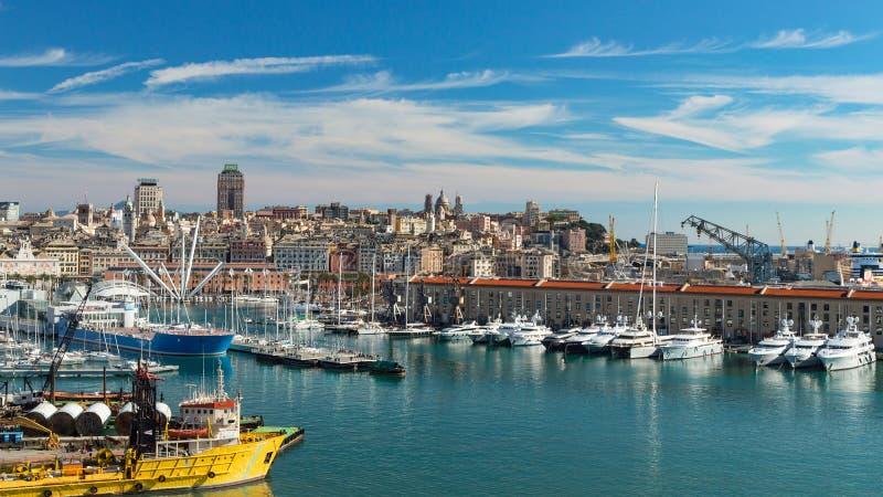 Spokojny panoramiczny widok stary port w genui z pejzażem miejskim obraz stock