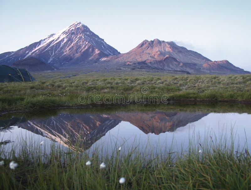 Spokojny ranek przy stopą volcanoes obrazy royalty free