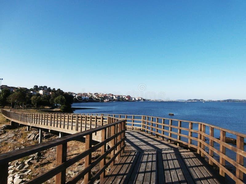 Spokojny spacer wzdłuż deptaka Plaże widzieć, ławki siedzieć obraz royalty free