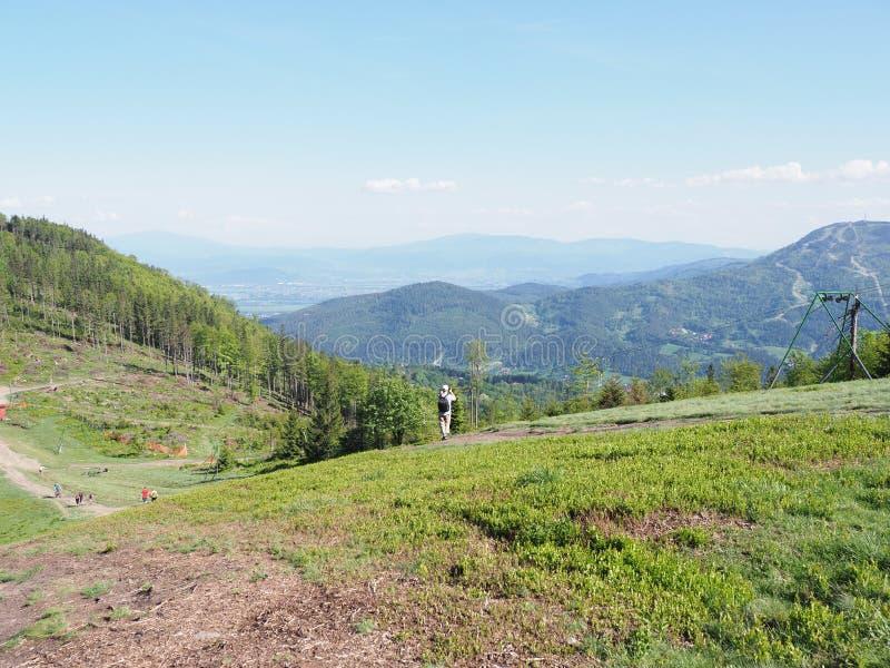 Spokojny widok od Klimczok góry w ślązaka Beskids gór pasma krajobrazie blisko europejskiego bielska miasta w Polska fotografia stock