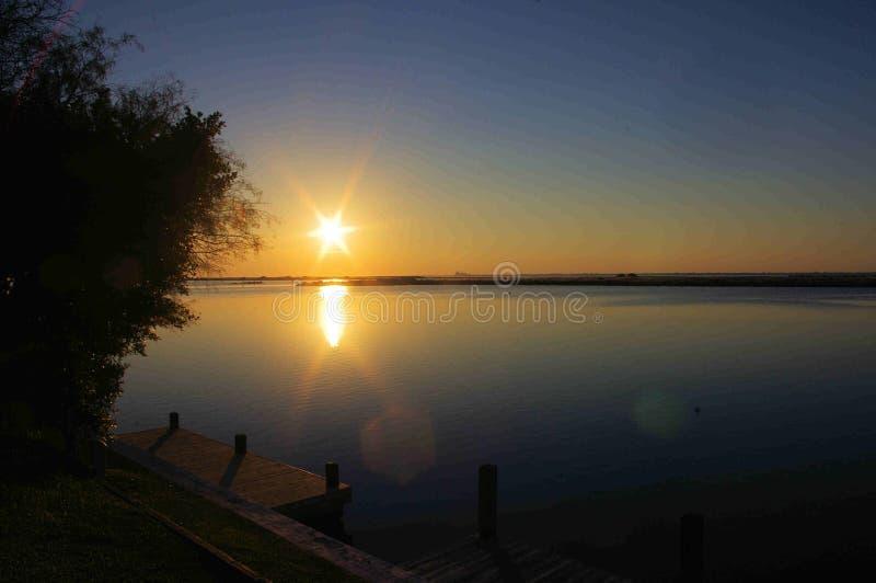 Spokojny Wodny zmierzch nad Puenty Vista zatoką, Padre wyspa, Teksas zdjęcia royalty free