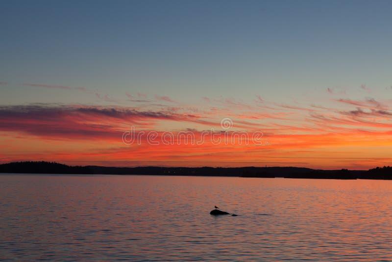 Spokojny zmierzch i chmury nad jeziorem obrazy stock