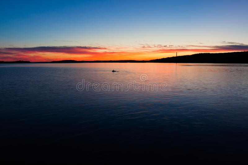 Spokojny zmierzch i chmury nad jeziorem zdjęcia stock