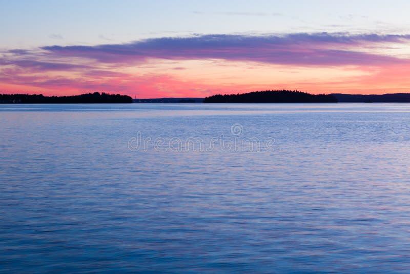 Spokojny zmierzch i chmury nad jeziorem zdjęcie stock