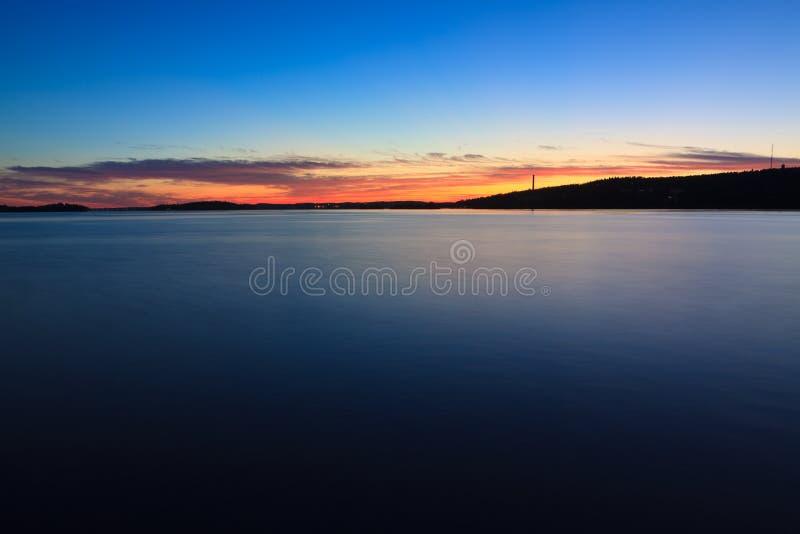 Spokojny zmierzch i chmury nad jeziorem fotografia stock