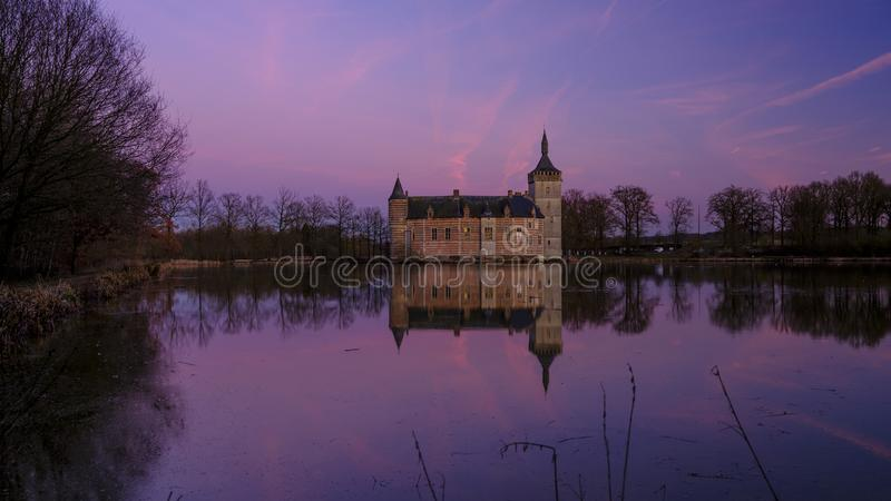 Spokojny zmierzch Kasteel Samoch?d dostawczy Horst blisko Holsbeek i odbicia, Vlaanderen, Belgia obraz royalty free