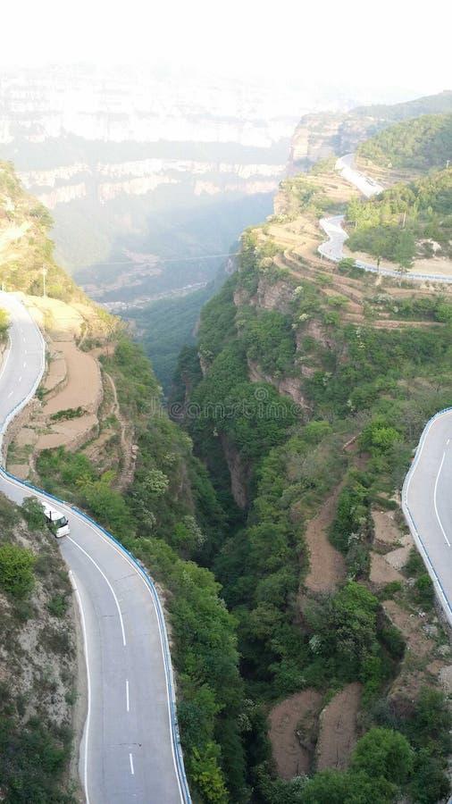 Spolande bergväg på kanten av dalen fotografering för bildbyråer