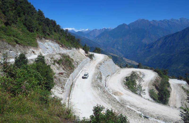 Spolande dammig grusväg från Sekha till den numeriska Himalayan bergregionen, Nepal fotografering för bildbyråer