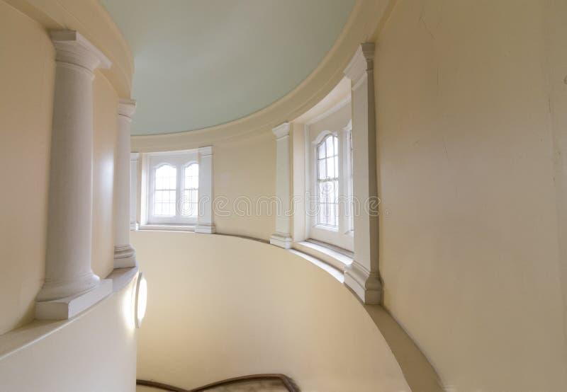 Spolande inre trappuppgång arkivfoto