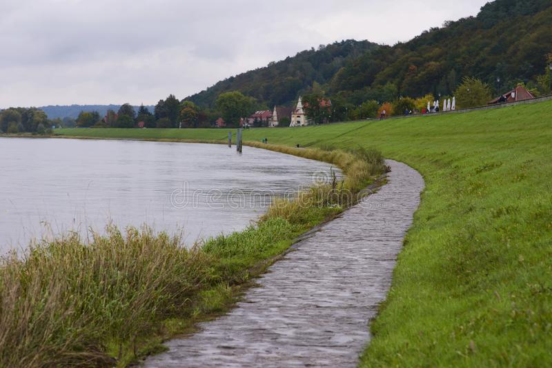 Spolande wisla flod i kazimierz Polen arkivfoton