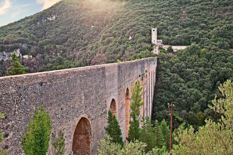 Spoleto, Умбрия, Италия, старый мост-водовод моста стоковое изображение rf