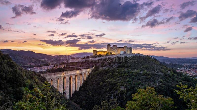 Spoleto op zonsondergang, Provincie van Perugia, Italië stock afbeeldingen