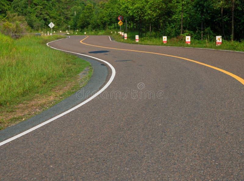 Spolningsväg i berg Tur för väg för sommardag Slingrande vägperspektivfoto Ny kurva för asfaltväg arkivbilder