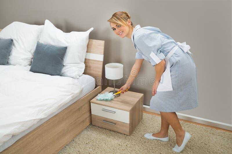 Download Spolverata Della Domestica Dell'hotel Con Lo Spolveratore Della Piuma Fotografia Stock - Immagine di igiene, nightstand: 55358008
