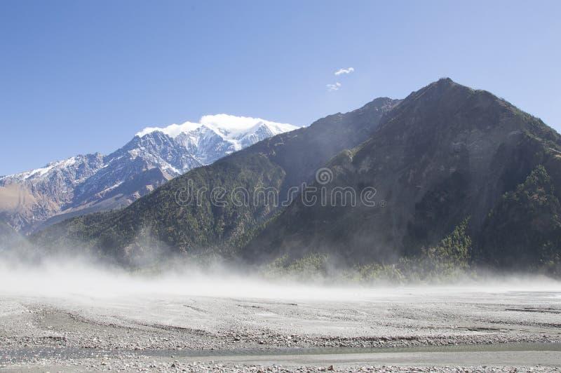 Download Spolveri Essere Preso Dal Vento Catabatico Che Soffia Attraverso Un Letto Di Fiume Secco Lungo Il Circuito Di Annapurna, Nepal Immagine Stock - Immagine di polvere, hiking: 117980663