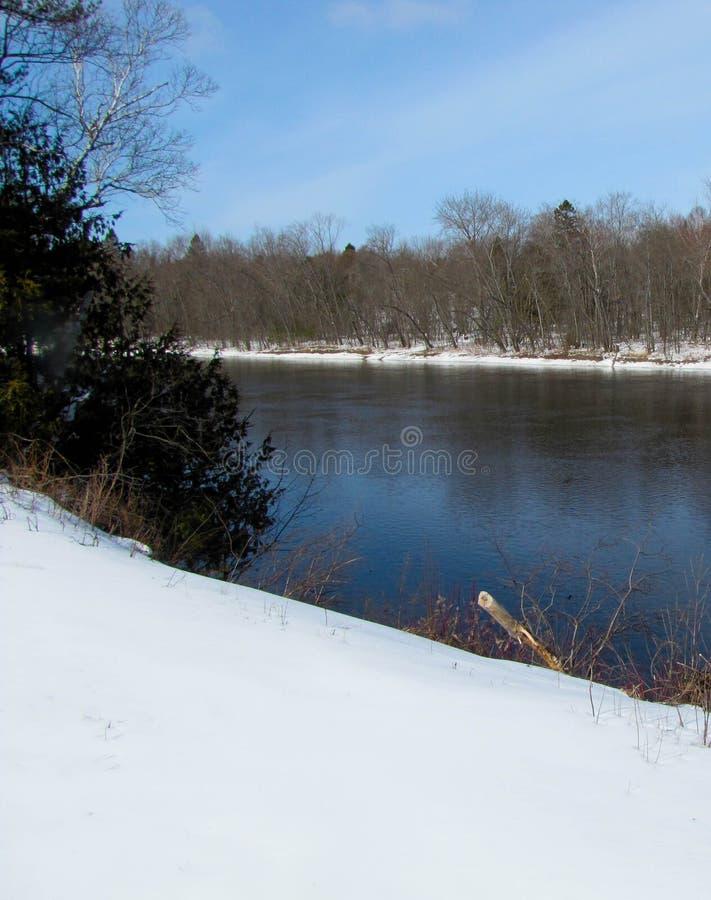 Sponda del fiume di inverno fotografia stock