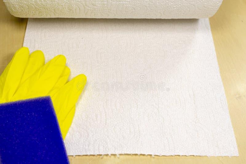 Spons en vloeistof voor thuis het schoonmaken van de oppervlakte De toebehoren voor het houden van huishouden maken schoon stock afbeeldingen